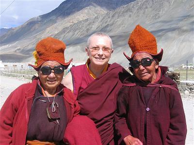 Ni sư Karma Lekshe Tsomo và hai phụ nữ
