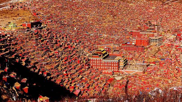 Những ngôi nhà gỗ đỏ chính là nét đặc trưng dễ thấy tại Larung Gar