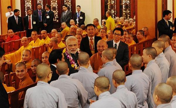 Thủ tướng ấn thăm hỏi Ni sinh