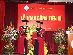 TT Thích Minh Trí – Hoàng Văn Thắng đón nhận bằng tiến sĩ