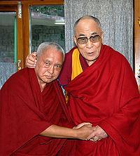 H.12 Nhà sư Lama Zopa tựa vào vai Đức Đạt-lai Lạt-ma