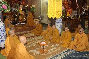 Chư Tăng thực hiện nghi thức đối thú an cư tại trường hạ chùa Thanh Hà