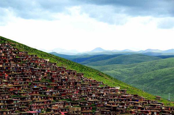 Vẻ đẹp tráng lệ của Larung Gar giữa muôn trùng núi non hũng vĩ