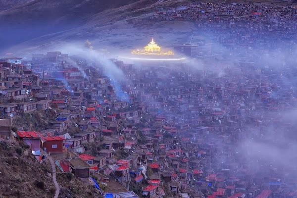Trong màn sương khói mờ ảo, Larung Gar thoắt ẩn thoắt hiện như một nét huyền bí đến mơ hồ giữa lòng Tây Tạng