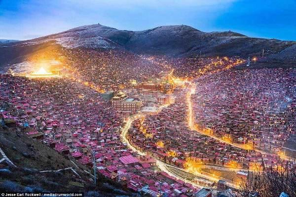 Những cung đường ngập tràn ánh sáng khiến Larung Gar trở nên lung linh hơn giữa bầu trời đêm lạnh lẽo