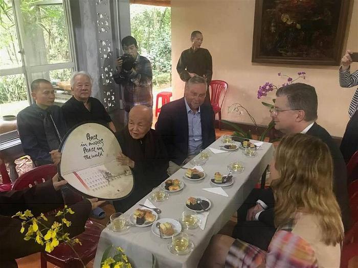 Đại sứ Mỹ đến thăm Sư Ông Nhất Hạnh  2