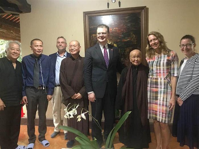 Đại sứ Mỹ đến thăm Sư Ông Nhất Hạnh