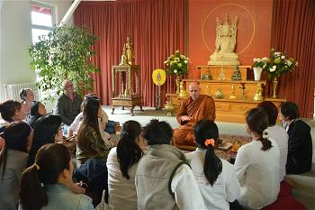 Ajahn-Jayasaro-with-laity-by-Somkid-30-05-14-46-1024x682