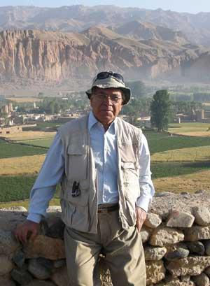 Giáo sư Tarzi bên vách đá Bamiyan