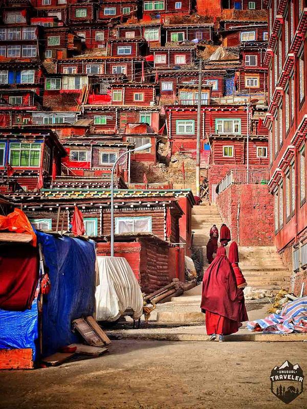 Những vị tăng ni, Phật tử trong trang phục mang sắc đỏ trầm mặc vẫn rảo bước trên các con đường nhỏ hẹp để tìm đến chốn
