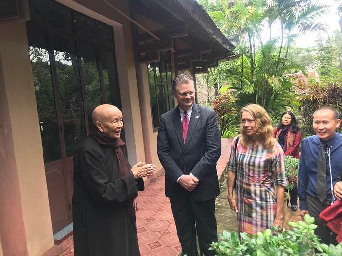 Đại sứ Mỹ đến thăm Sư Ông Nhất Hạnh 3