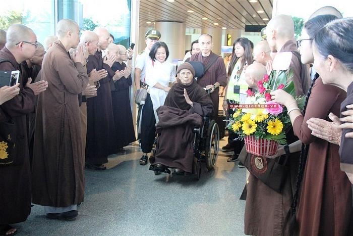 Thiền sư Thích Nhất Hạnh tại sân bay Đà Nẵng 1
